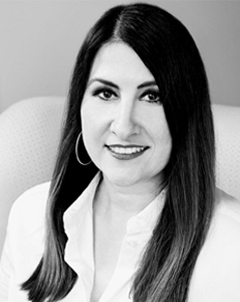 schwarz-weiß Bild von Geschäftsführerin Nadine Nierentz, die als Lehrcoach im Rahmen der Coaching Ausbildung tätig ist