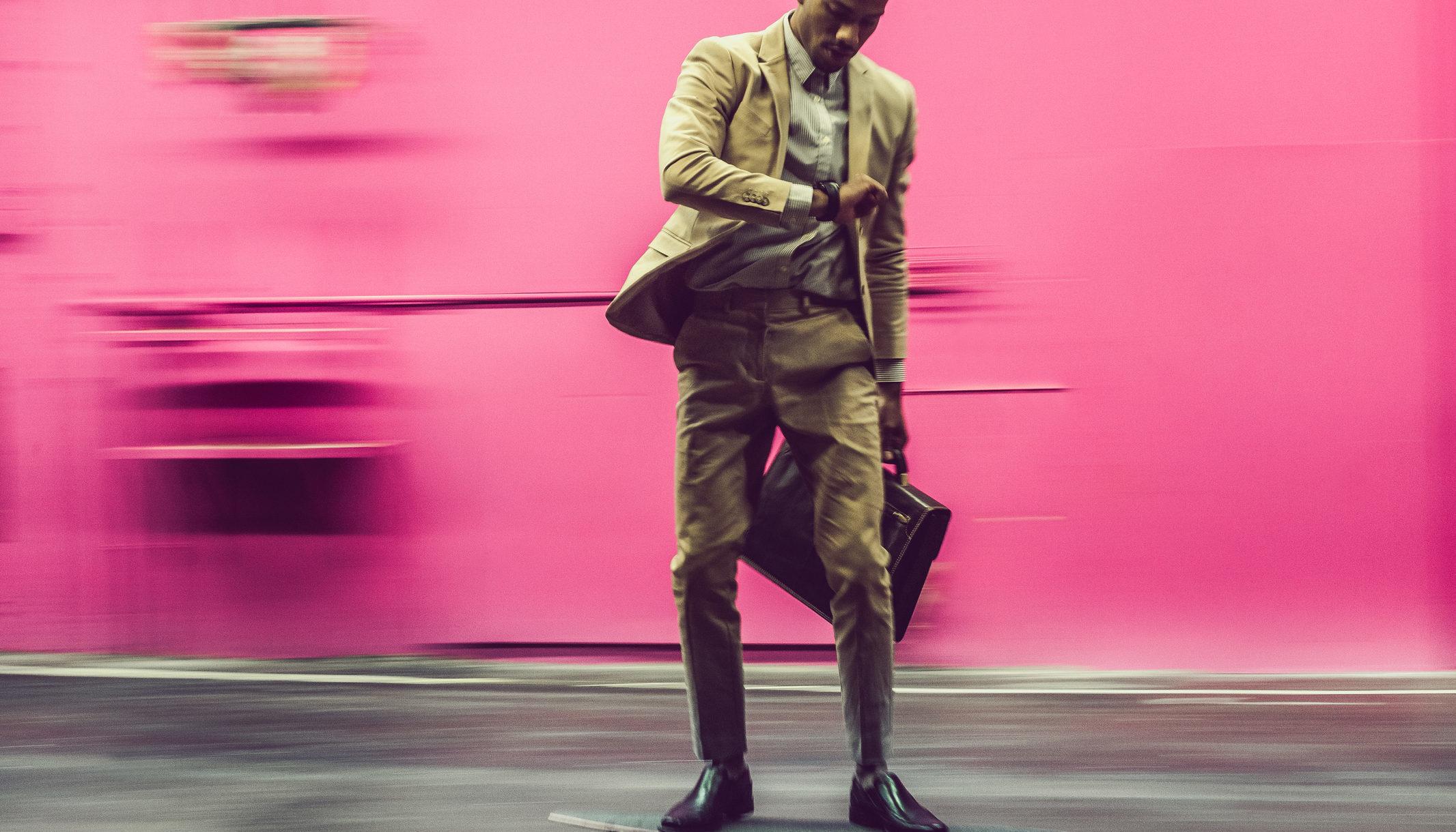Konfliktmanagement: Mann in Anzug mit Arbeitstasche