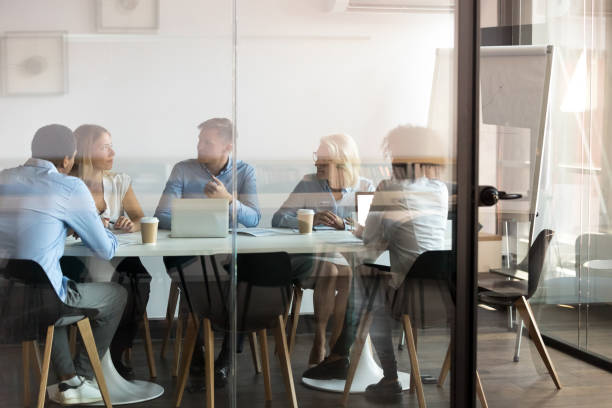 Symbolbild Supervision: Gruppe Personen diskutieren gemeinsam an einem Tisch