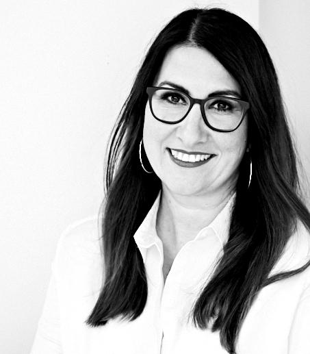 schwarz-weiß Bild unserer Geschäftsführerin Nadine Nierentz, die unsere systemische Coachingausbildung als zertifizierter Lehrcoach begleitet
